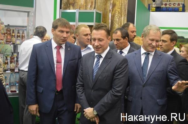 Игорь Холманских осматривает выставку Фото:Накануне.RU