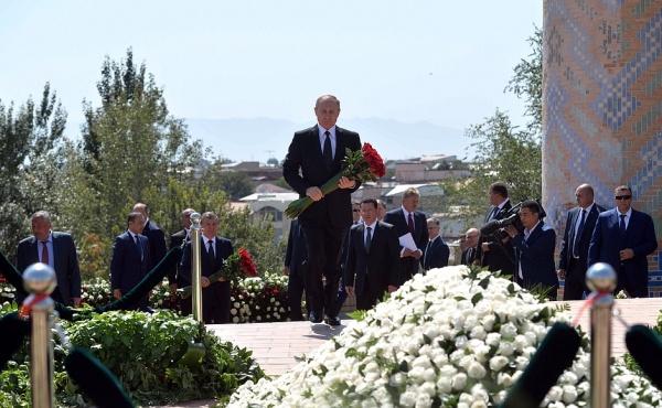 Владимир Путин возложение цветов к месту захоронения Ислама Каримова|Фото: пресс-служба президента РФ