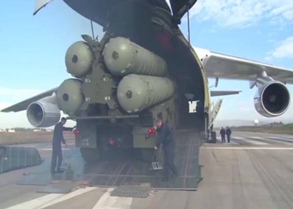 ЗРК С-400 заступил на боевое дежурство по противовоздушной обороне на авиабазе Хмеймим Фото: министерство обороны россии