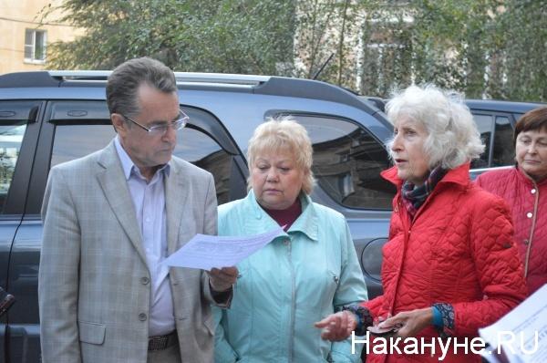 жители дома общаются с Иваном Камшиловым|Фото:Накануне.RU