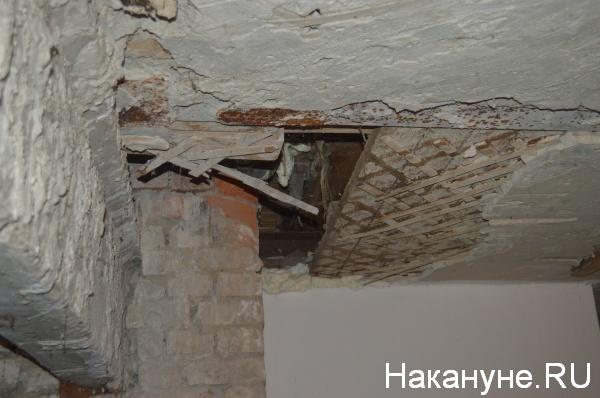 дыра в потолке подвала, через которую виден пол поликлиники|Фото:Накануне.RU