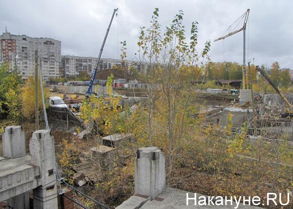 НИИ ОММ, недострой, недостроенный акушерский корпус, вид на строящуюся гостиницу Фото: Накануне.RU
