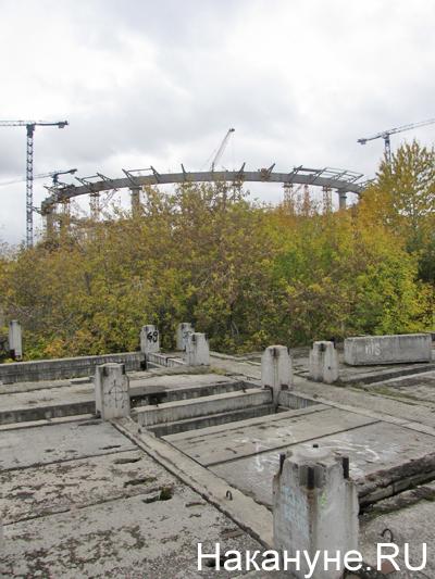 НИИ ОММ, недострой, недостроенный акушерский корпус, вид на Центральный стадион Фото: Накануне.RU