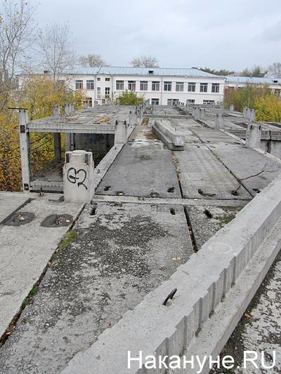НИИ ОММ, недострой, недостроенный акушерский корпус, вид на главный корпус Фото: Накануне.RU