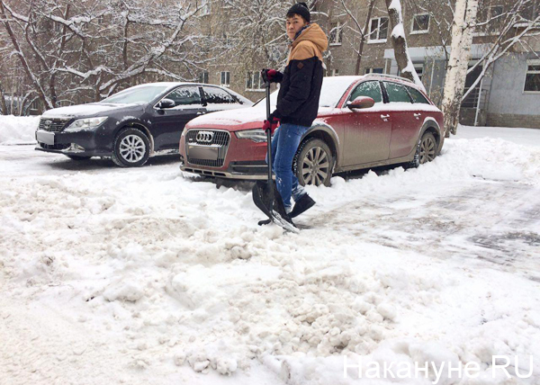 снег гололед Екатеринбург уборка снега машина машины|Фото: Накануне.RU