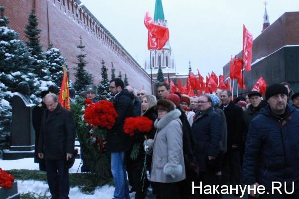 две гвоздики Сталину Фото: Накануне.RU