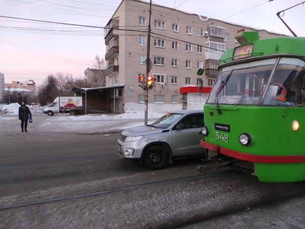 Старых Большевиков иномарка трамвай ДТП Екатеринбург|Фото: ГИБДД Екатеринбурга
