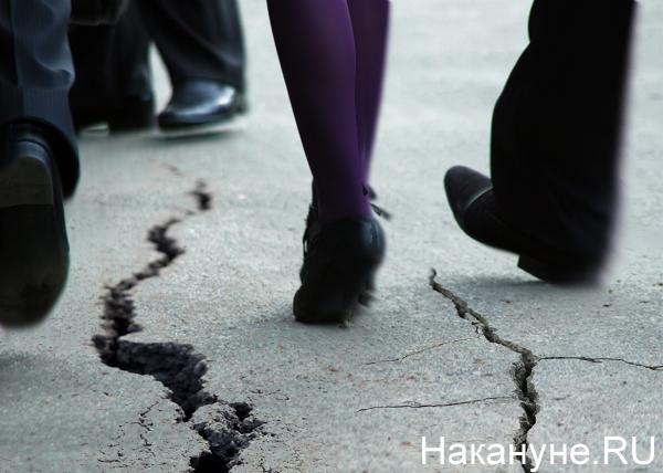 коллаж, трещины под ногами, на земле|Фото: Накануне.RU