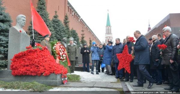 возложение цветов к могиле Сталина Фото: КПРФ