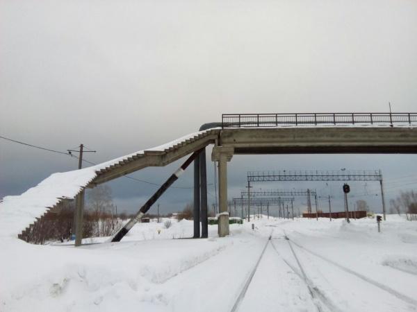 Аварийный мост в Чусовом, девочки, игра|Фото: утурфо.мвд.рф