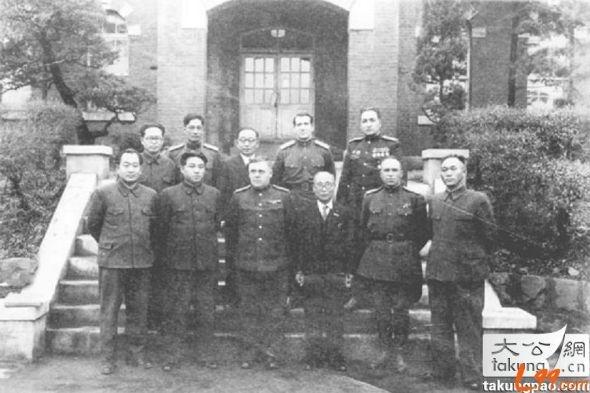 Ким Ир Сен (второй слева в первом ряду) в советской школе|Фото: blog.sina.com.cn/s/blog_4678c4190101dgb2.html