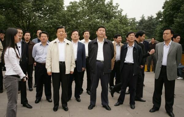 Си Цзиньпин (справа) и Ся Баолун (слева) в  2006 г. вместе работали в провинции Чжэцзян Фото: www.guancha.cn
