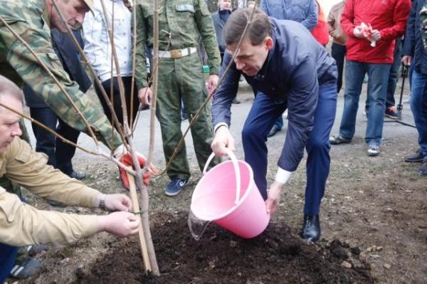 Евгений Куйвашев субботник Фото: ДИП губернатора Свердловской области