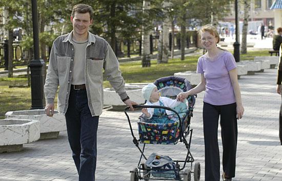 ребенок дети родители семья коляска|Фото: www.admhmao.ru