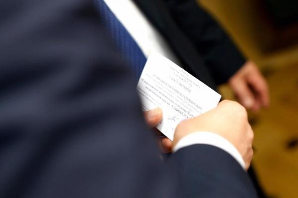Евгений Куйвашев, кандидат в губернаторы, удостоверение|Фото: департамент информационной политики губернатора Свердловской области