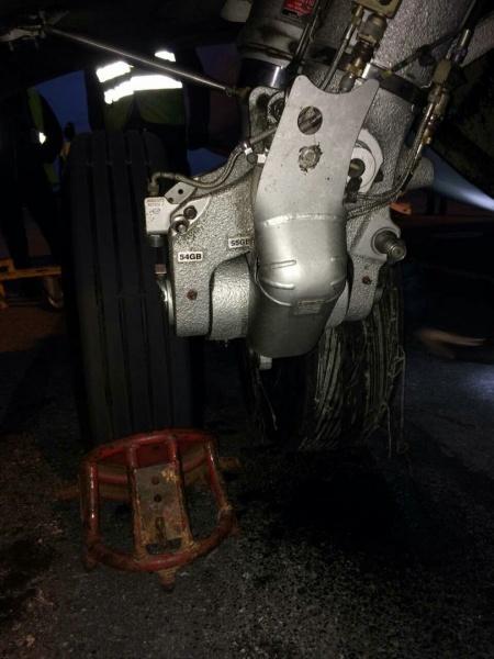 Экстренная посадка, сломалось колесо шасси, ЮТэйр (20.6.17)|Фото: ural-trans.sledcom.ru