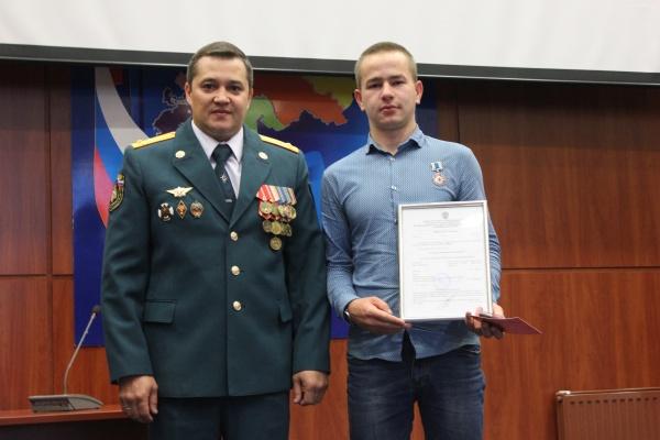 Валерий Казаков, Павел Карпенко, награждение|Фото: Пресс-служба ГУ МЧС России по Свердловской области