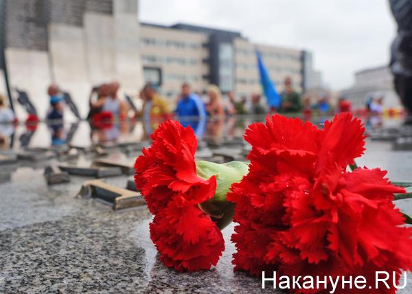 День ВДВ, Екатеринбург, Черный тюльпан, цветы, возложение цветов, гвоздики Фото: Накануне.RU