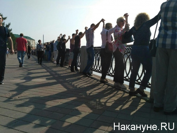 акция, обнимание пруда, Екатеринбург|Фото: Накануне.RU
