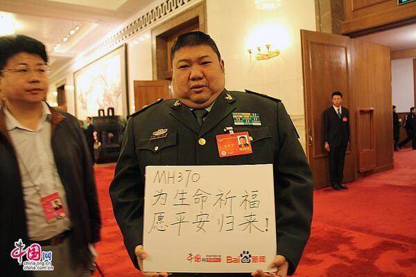 Внук Мао Цзэдуна с плакатом о благополучном возвращении пассажиров рейса MH 370|Фото: https://alchetron.com/Mao-Xinyu-223571-W