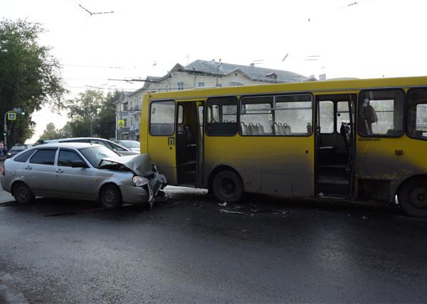 ДТП, автобус, Лада Приора, Екатеринбург, Краснофлотцев|Фото: ГУ МВД России по Свердловской области