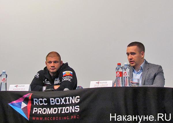 боец ММА Иван Штырков, исполнительный директор RCC Boxing Promotions Алексей Титов|Фото: Накануне.RU