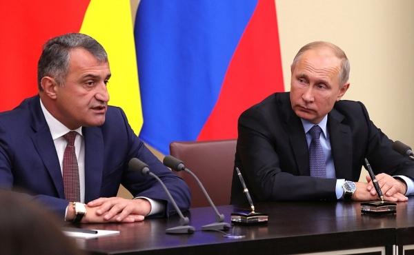 Анатолий Бибилов, Владимир Путин|Фото:kremlin.ru