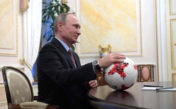 Владимир Путин мяч Красава(2017)|Фото: пресс-служба президента России