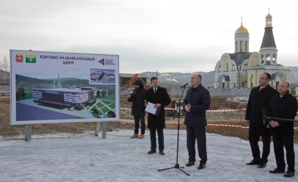 Дубровский в Карабаше ознакомился с инвестпроектом по производству микросфер и принял участие в закладке первого камня ТРЦ