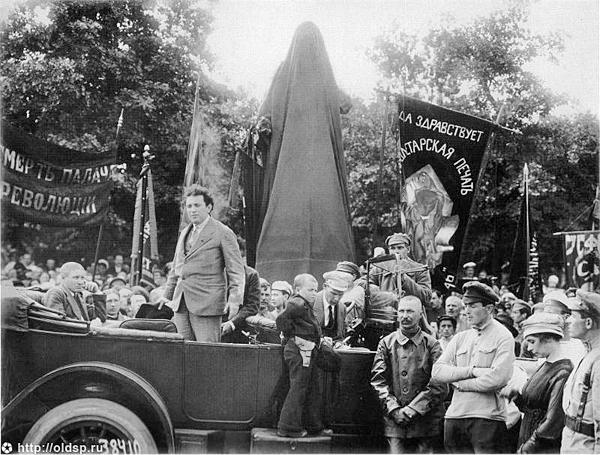 Выступление Зиновьева на открытии памятника Володарскому(2018)|Фото: oldsp.ru