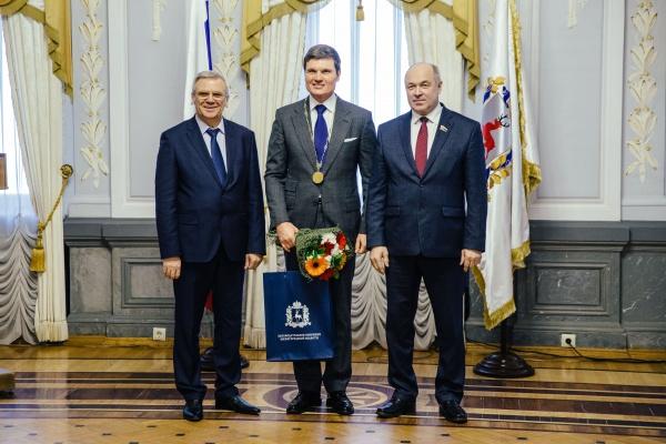 председатель совета директоров ОМК Анатолий Седых, вручение медали(2018)|Фото: ОМК