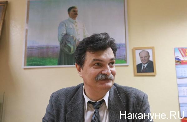 Юрий Болдырев, портреты Сталина, Зюганова(2018)|Фото: Накануне.RU