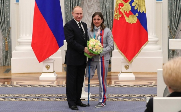 бронзовый призер по биатлону Ирина Гуляева, награждение, Владимир Путин(2018)|Фото: kremlin.ru