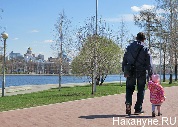 набережная, Екатеринбург, прогулка, лето, семья, отец, дочь(2018) Фото: Накануне.RU