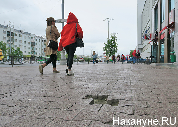 разрушенная плитка, ул. Ленина, Екатеринбург(2018)|Фото: Накануне.RU