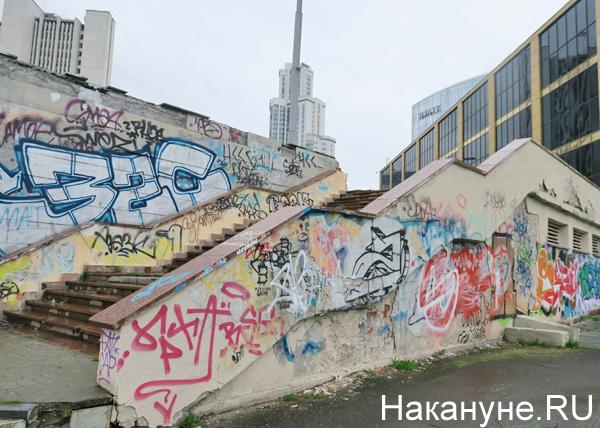 разрушенная плитка, Октябрьская площадь, граффити, Екатеринбург(2018)|Фото: Накануне.RU