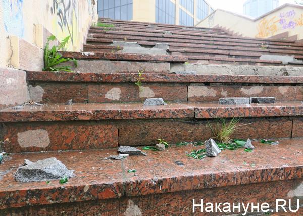 Октябрьская площадь, ступени, мусор, Екатеринбург(2018)|Фото: Накануне.RU