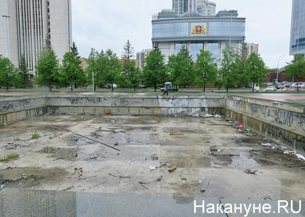 Октябрьская площадь, мусор, Екатеринбург(2018)|Фото: Накануне.RU