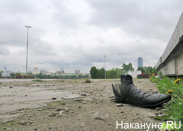 Октябрьская площадь, мусор, ботинок, Екатеринбург(2018)|Фото: Накануне.RU
