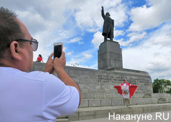 перуанские болельщики, памятник Ленину, Екатеринбург(2018) Фото: Накануне.RU