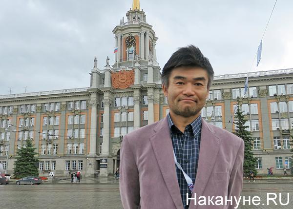 японский болельщик, Ёсихиро, здание Администрации, Екатеринбург(2018) Фото: Накануне.RU