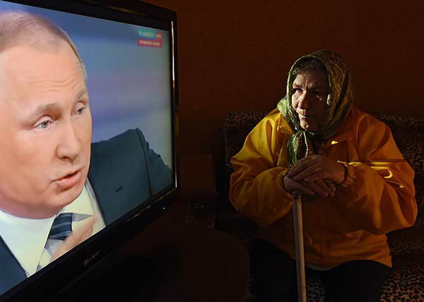 Путин, телевизор, бабушка, пенсионная реформа(2018)|Фото: Виктор Коротаев / Коммерсантъ