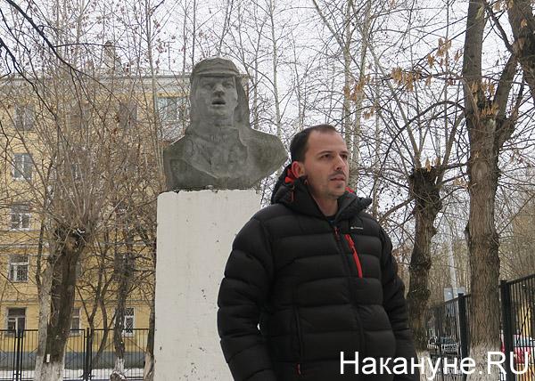 Константин Семин рядом с памятником Павке Корчагину у школы(2018) Фото: Накануне.RU