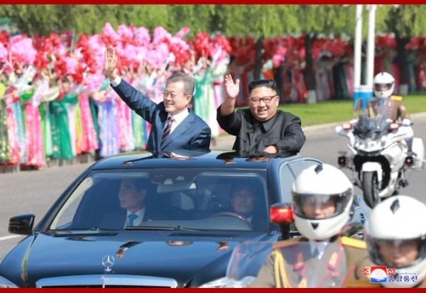 Ким Чен Ын встречает прибывшего в Пхеньян Мун Чжэ Ина(2018)|Фото: kcna.kp