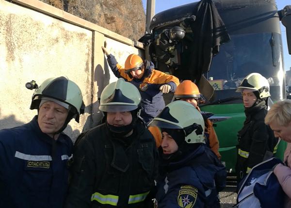 ДТП, автобус с детьми врезался в стену(2018)|Фото: 25.mchs.gov.ru