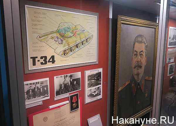 портрет Иосифа Сталина, схема танка Т-34, музей Уралвагонзавода(2018)|Фото: Накануне.RU