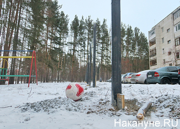 ул. Амундсена, 135, детская площадка, забор(2018) Фото: Накануне.RU