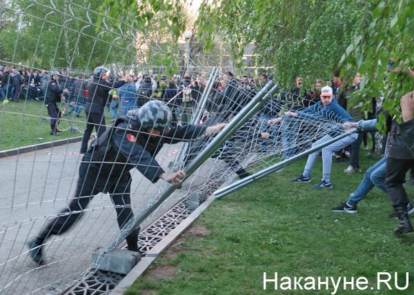 митинг против строительства храма в сквере у Театра драмы, полиция, забор, Екатеринбург(2019)|Фото: Накануне.RU