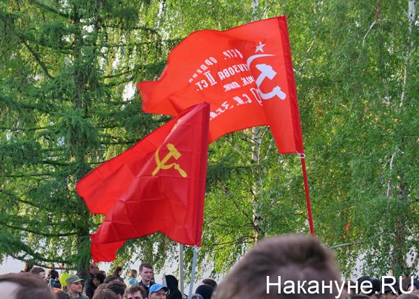 митинг против строительства храма в сквере у Театра драмы, Знамя Победы, флаг СССР(2019)|Фото: Накануне.RU
