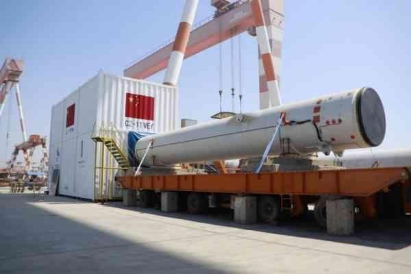 Погрузка ракеты Чанчжэн-11 на платформу для морского старта(2019) Фото: http://baijiahao.baidu.com/